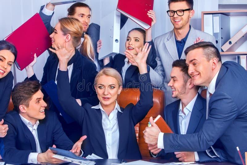 Los hombres de negocios de la vida de la oficina de la gente del equipo son felices con el pulgar para arriba fotos de archivo libres de regalías