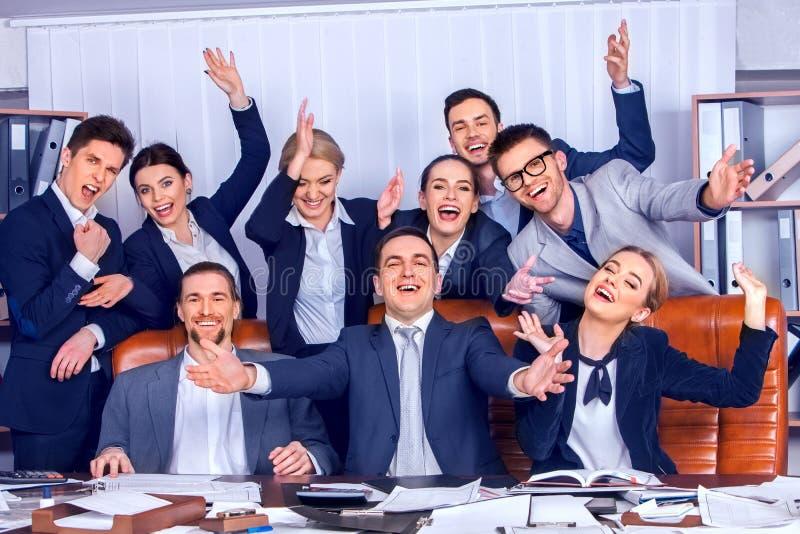 Los hombres de negocios de la vida de la oficina de la gente del equipo son felices con la mano para arriba fotografía de archivo libre de regalías