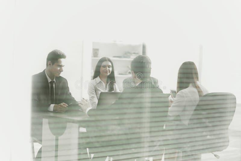 Los hombres de negocios de lanzamiento agrupan trabajo diario de trabajo en la oficina moderna foto de archivo libre de regalías