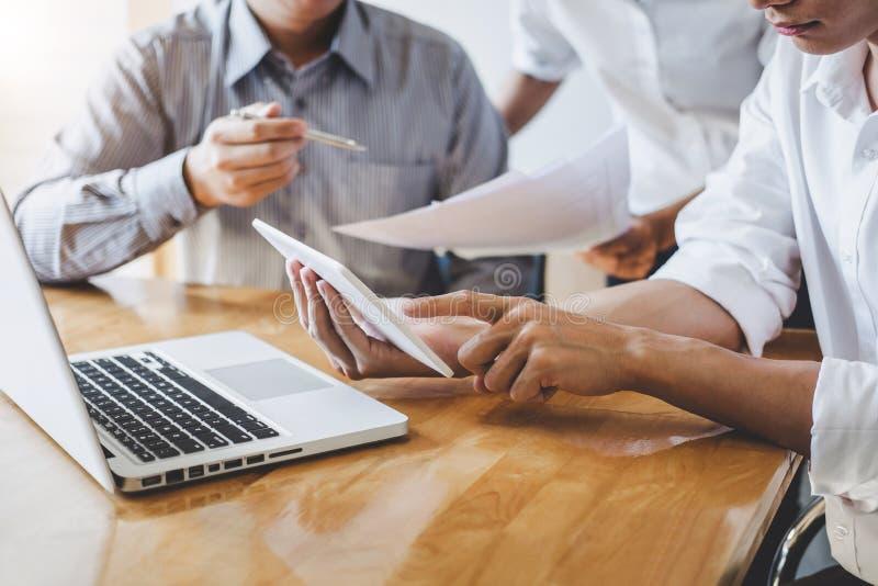 Los hombres de negocios de lanzamiento de la reunión de grupo, los compañeros de trabajo creativos jovenes combinan el trabajo y  fotos de archivo libres de regalías