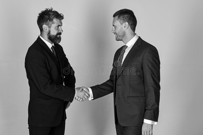Los hombres de negocios llevan los trajes y los lazos elegantes Acuerdo y compromiso del negocio fotos de archivo libres de regalías