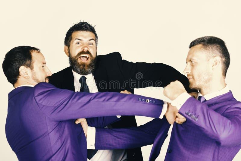Los hombres de negocios llevan los trajes y los lazos elegantes Hombres con la barba foto de archivo