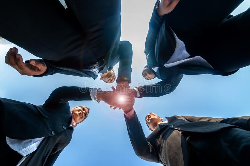 Los hombres de negocios musulmanes se unen a las manos juntas Team Teamwork Togetherness Collaboration Concept fotografía de archivo libre de regalías