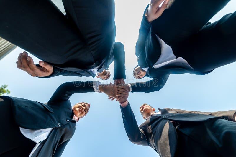 Los hombres de negocios musulmanes se unen a las manos juntas Team Teamwork Togetherness Collaboration Concept foto de archivo