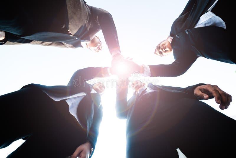 Los hombres de negocios musulmanes se unen a las manos juntas Team Teamwork Togetherness Collaboration Concept imagenes de archivo