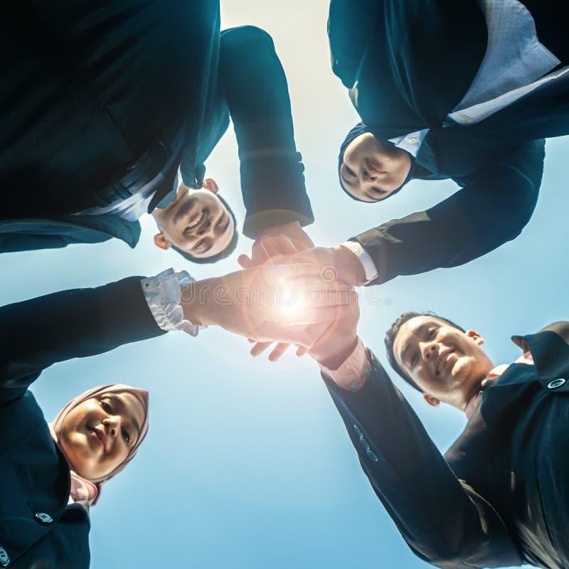 Los hombres de negocios musulmanes se unen a las manos juntas Team Teamwork Togetherness Collaboration Concept fotos de archivo