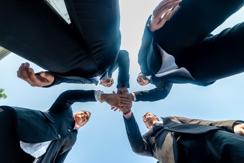Los hombres de negocios musulmanes se unen a las manos juntas Team Teamwork Togetherness Collaboration Concept imagen de archivo
