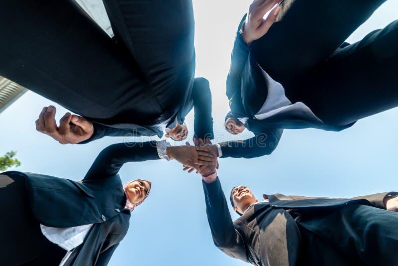 Los hombres de negocios musulmanes se unen a las manos juntas Team Teamwork Togetherness Collaboration Concept fotografía de archivo