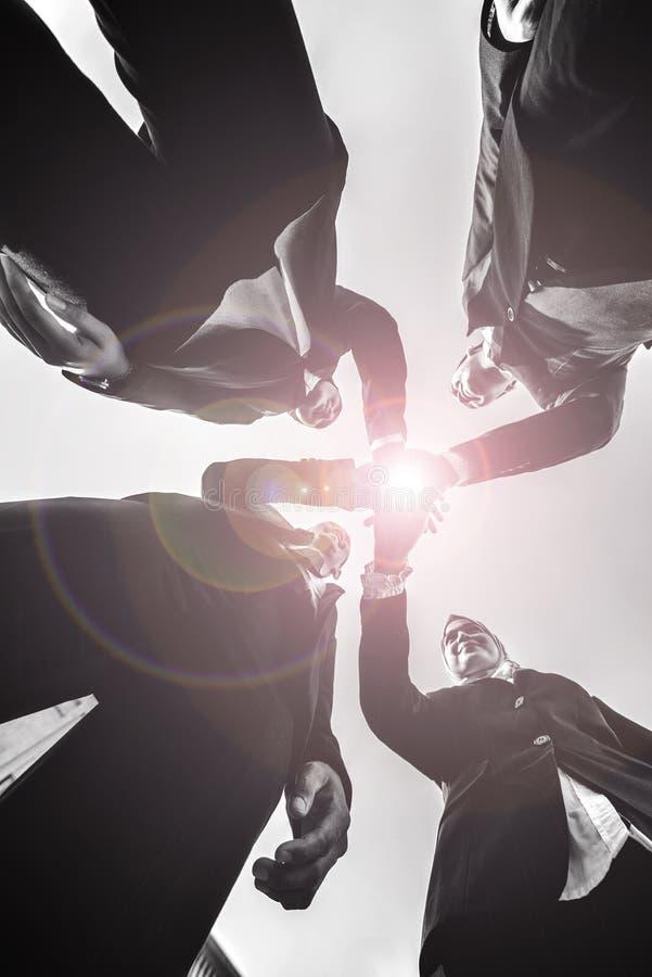 Los hombres de negocios musulmanes se unen a las manos juntas Team Teamwork Togetherness Collaboration Concept fotos de archivo libres de regalías