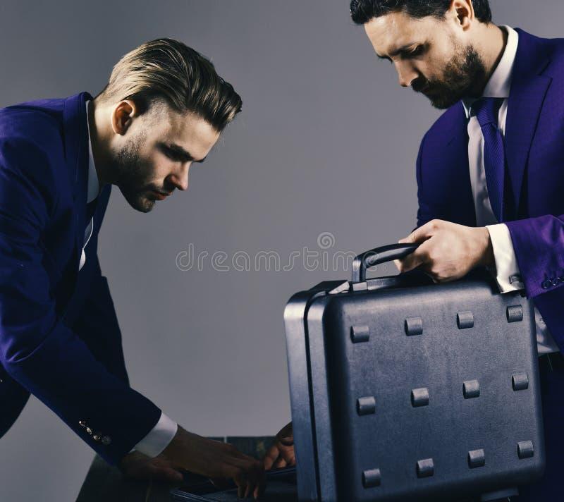 Los hombres de negocios ofrecen la transacción ilegal o el soborno Exchang del negocio foto de archivo
