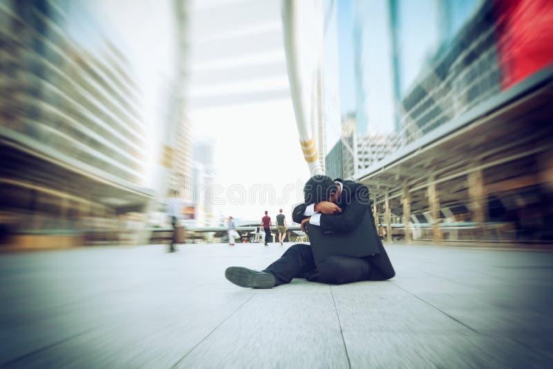 Los hombres de negocios que fallan y serios se sientan con el bolso negro fotos de archivo