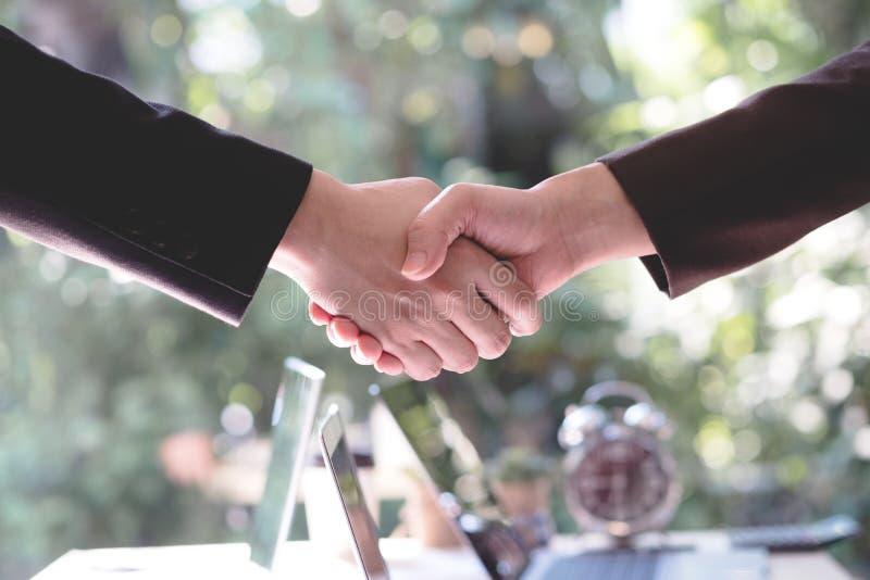 Los hombres de negocios que sacuden la mano después de hacen negocio Concepto o fotografía de archivo