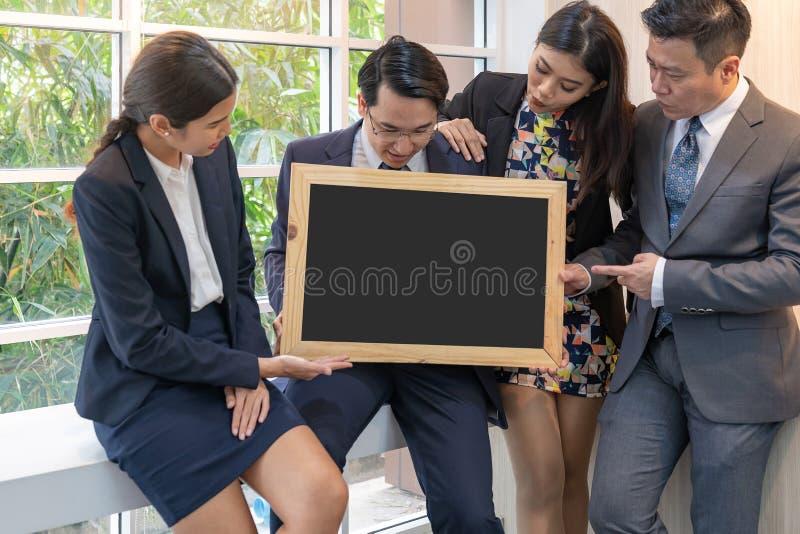 Los hombres de negocios sostienen la pizarra en blanco imagen de archivo libre de regalías