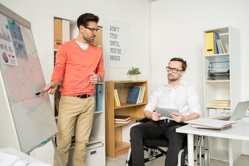 Los hombres de negocios tienen una presentación en la oficina imagen de archivo libre de regalías