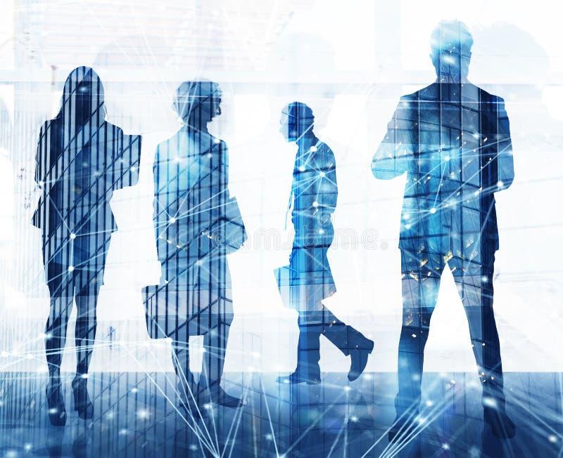 Los hombres de negocios trabajan juntos en oficina con efectos del Internet Concepto de trabajo en equipo y de sociedad doble foto de archivo