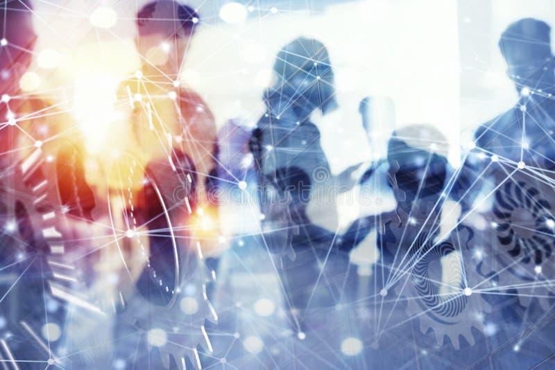 Los hombres de negocios trabajan juntos en oficina con efectos del Internet y adaptan el sistema Concepto de integración, trabajo foto de archivo