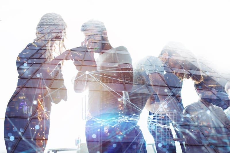 Los hombres de negocios trabajan juntos en oficina Concepto de trabajo en equipo y de sociedad Exposición doble libre illustration