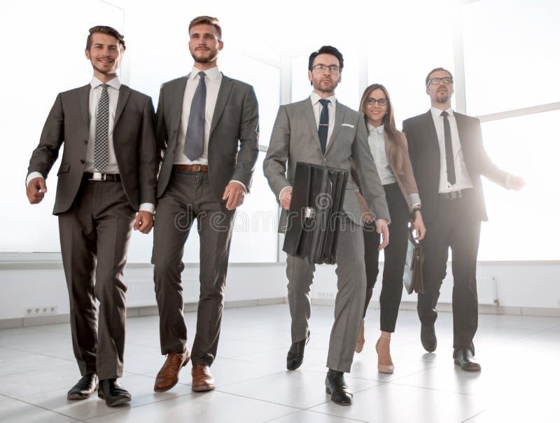 Los hombres de negocios van abajo del vestíbulo de una oficina moderna imagen de archivo libre de regalías