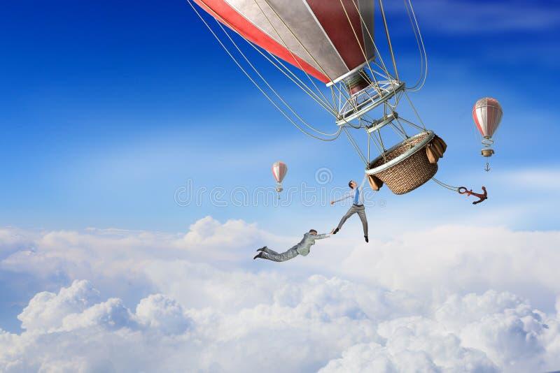 Los hombres de negocios vuelan en el globo imágenes de archivo libres de regalías