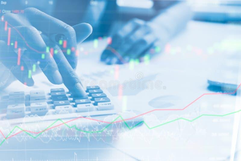 Los hombres de negocios de Yong calculan sobre coste y mercado de acción fotografía de archivo