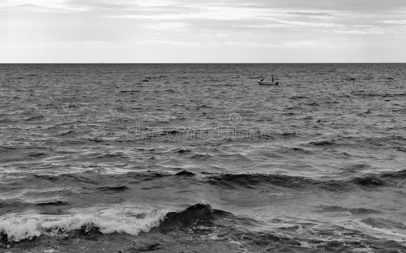 Los hombres en barco se están preparando para zambullirse en el mar adriático fotografía de archivo