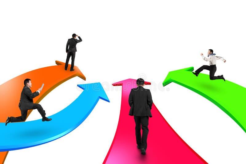Los hombres en cuatro flechas del color van adelante ilustración del vector