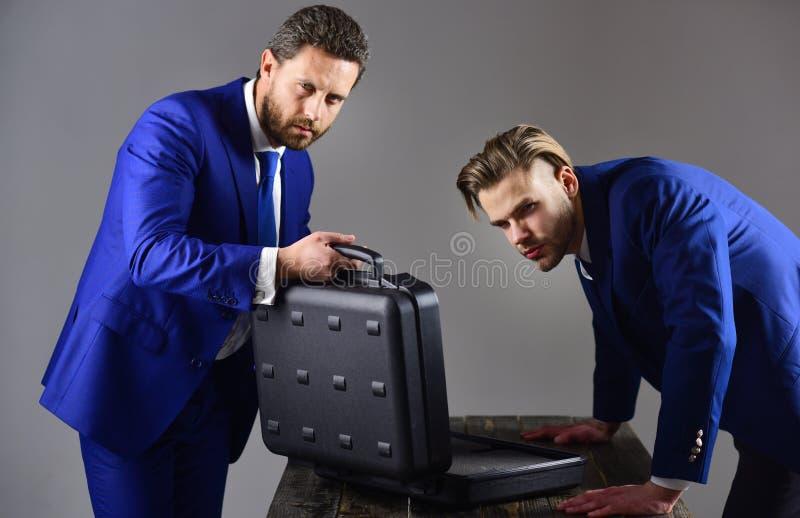 Los hombres en traje o socios comerciales con las caras sospechosas se encuentran imagen de archivo libre de regalías