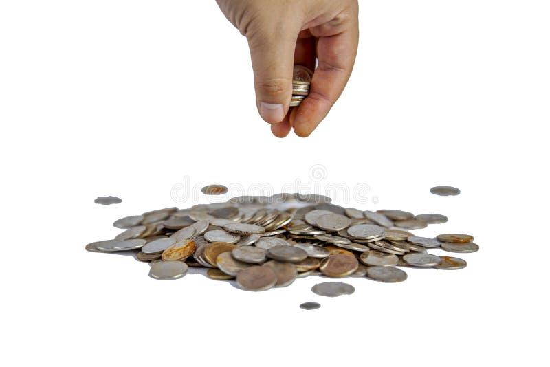 Los hombres escogen monedas a dedo viejas tailandesas de la pila en el backgrond blanco foto de archivo