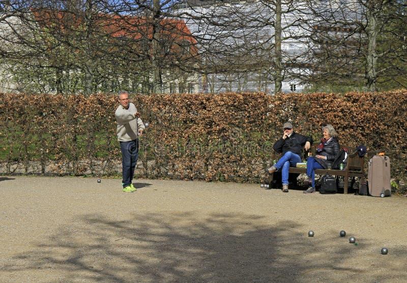 Los hombres están jugando el petanque al aire libre en el parque público, Copenhague foto de archivo