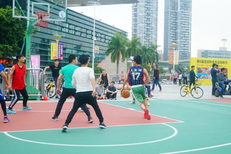 Los hombres jovenes están jugando a juegos de baloncesto fotos de archivo