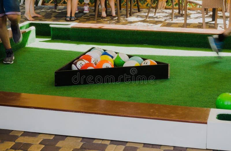 Los hombres juegan Snookball - nuevo deporte del juego Snookball combina fútbol y billares para entretener un nuevo deporte foto de archivo