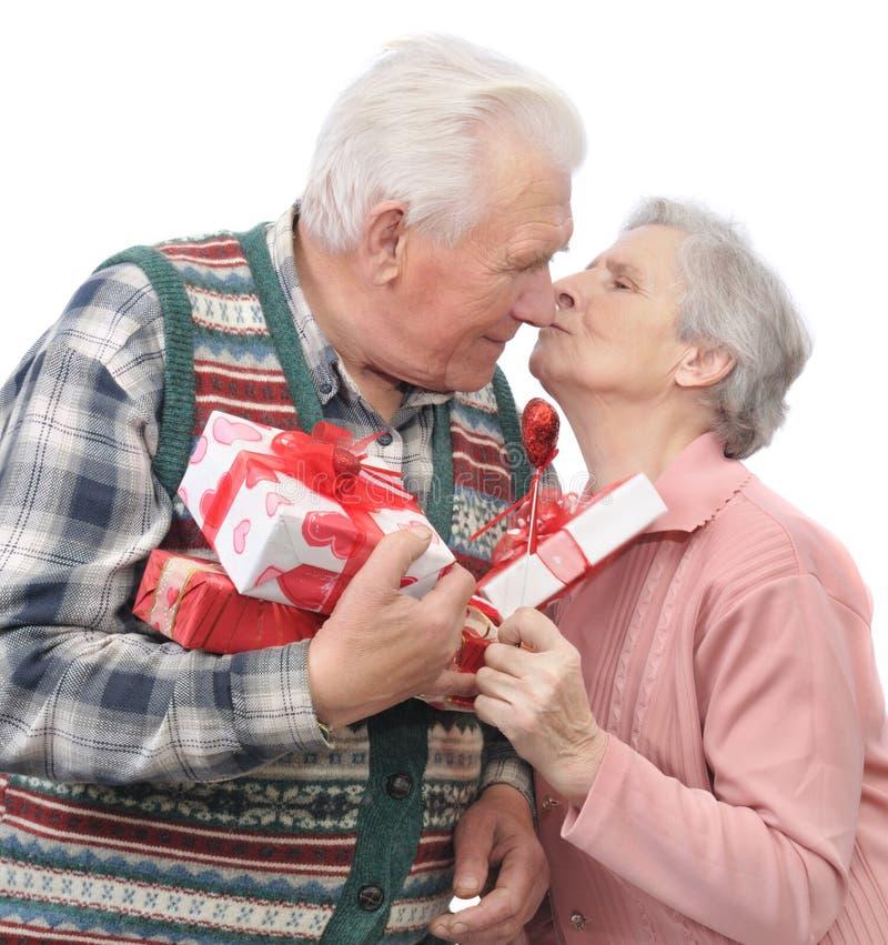 Los hombres mayores dan a mujeres del mayor de los regalos imagen de archivo