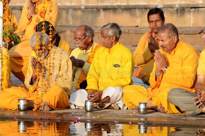 Los hombres mayores realizan ceremonia ritual en el lago Pushkar Sarovar, la India imágenes de archivo libres de regalías