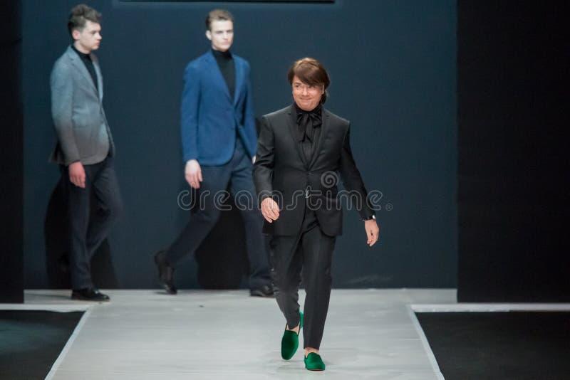 Los hombres modelan en el desfile de moda Valentin Yudashkin en la semana de la moda de Moscú, otoño invierno 2016/2017 imagenes de archivo