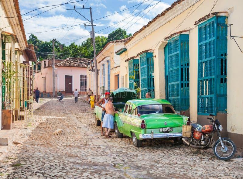 Los hombres reparan el coche en la calle de Trinidad Town fotos de archivo