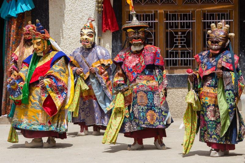 Los hombres tibetanos vistieron la máscara que bailaba danza del misterio de Tsam en festival budista en Hemis en Ladakh, la Indi fotos de archivo libres de regalías