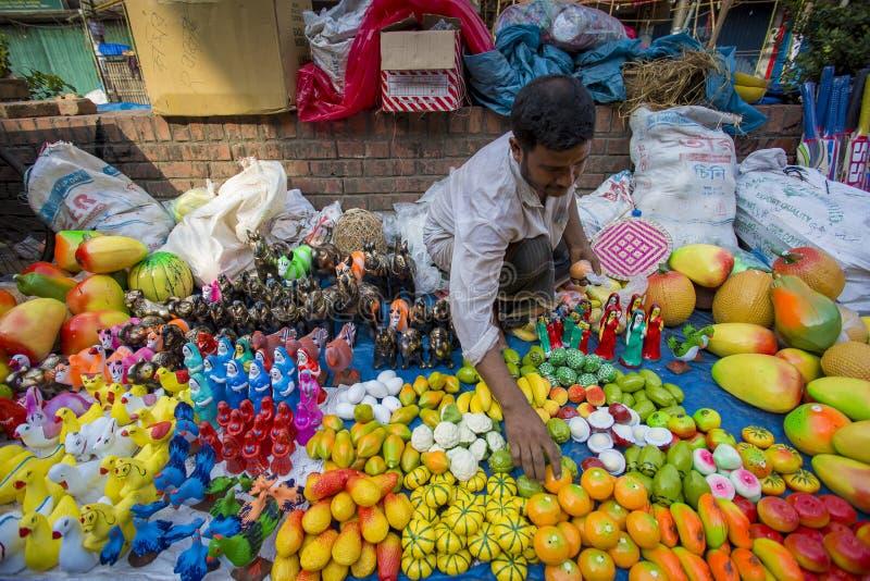 Los hombres venden la cerámica en ocasión del khela de Jabbar er Boli en Chittagong fotografía de archivo libre de regalías