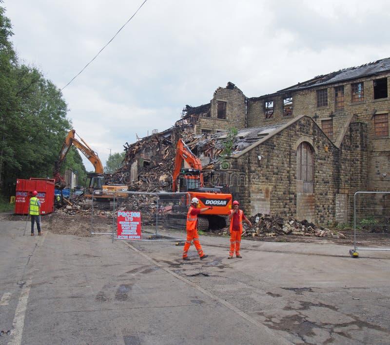Los hombres y la maquinaria de construcción en la demolición del edificio del molino de los walkeys adentro hebden el puente desp imagen de archivo libre de regalías