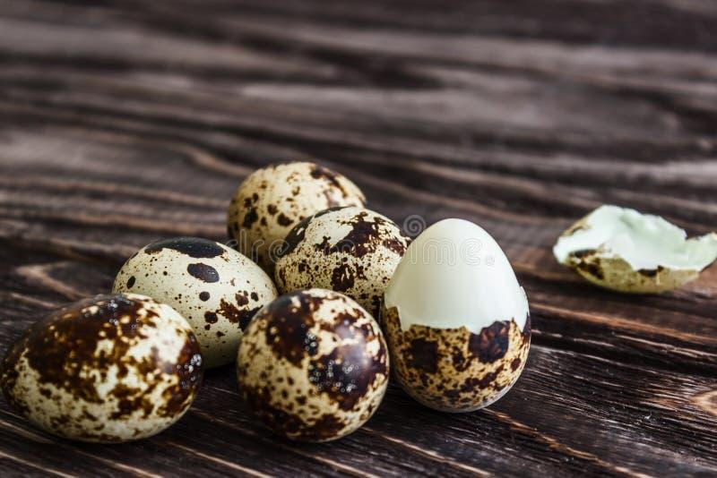 Los huevos de codornices en un fondo de madera hirvieron el huevo, símbolo de la estación de Pascua Consumici?n sana imagenes de archivo