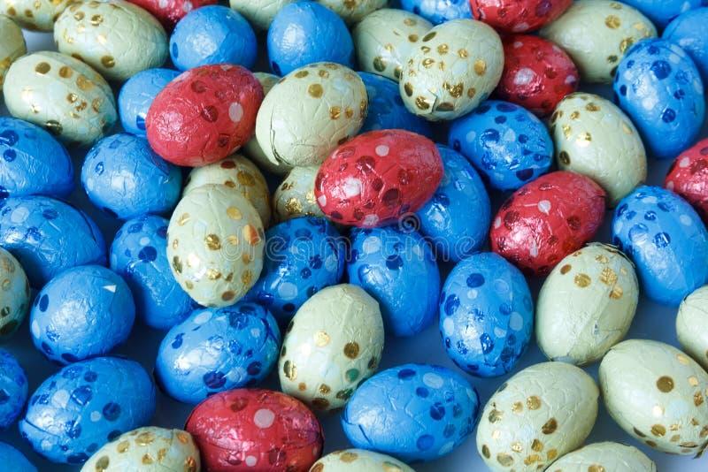 Los huevos de Pascua del chocolate envolvieron en hoja de lata fotografía de archivo libre de regalías