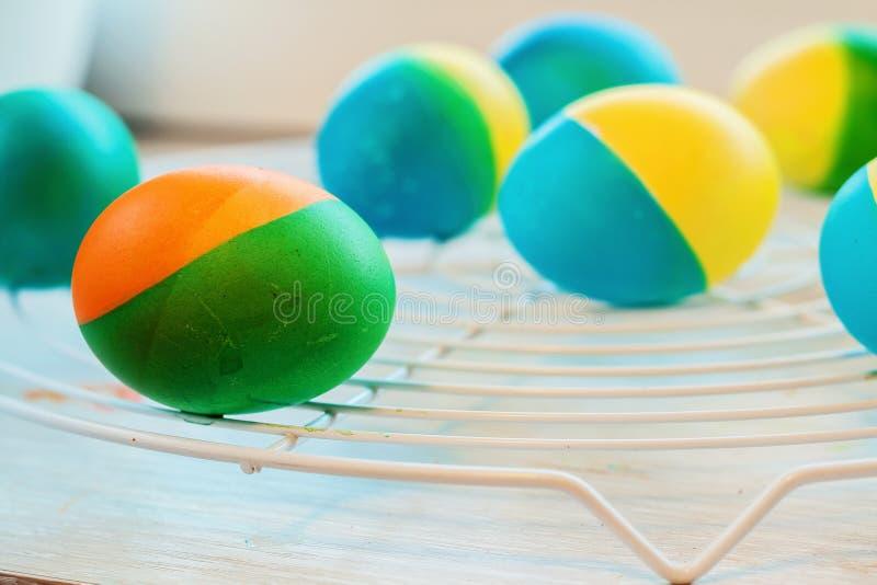 Los huevos de Pascua pintaron a mano mentira amarilla y azul en el enrejado fotografía de archivo libre de regalías