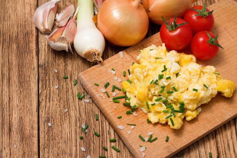 Los huevos revueltos se mezclaron con la cebolleta y la diversa verdura imagen de archivo