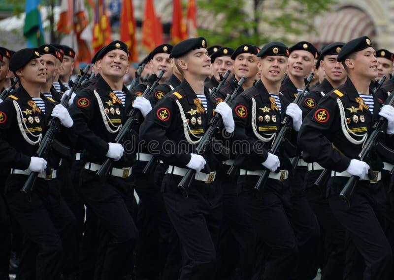 Los infantes de marina del 336os guardan a la brigada de Bialystok de la flota báltica durante el ensayo general del desfile en P fotos de archivo libres de regalías