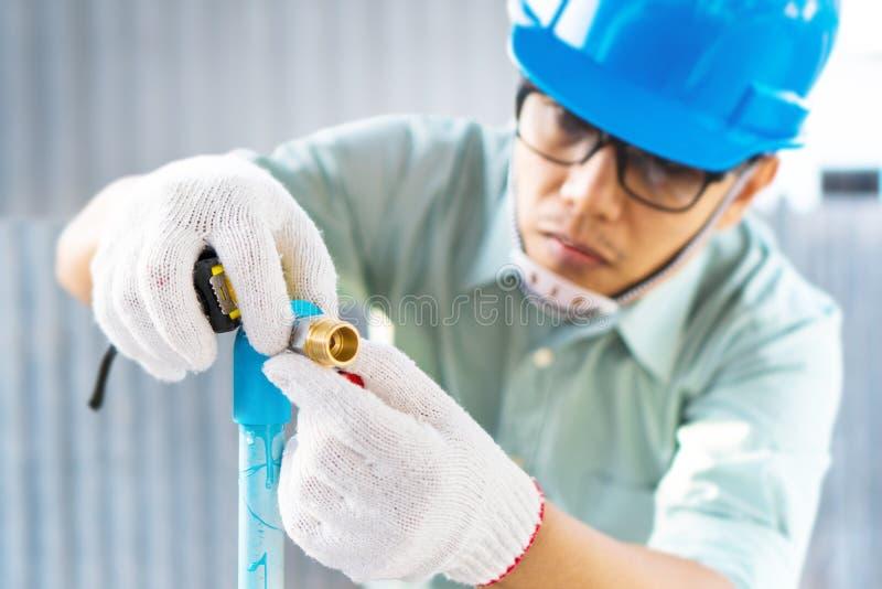 Los ingenieros están comprobando el tubo del abastecimiento de agua fotos de archivo
