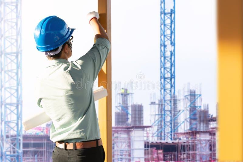 Los ingenieros están comprobando la estructura del edificio en el emplazamiento de la obra foto de archivo libre de regalías