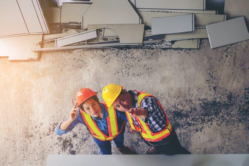 Los ingenieros son que resuelven, de trabajos y de miradas del punto para arriba en el wo imagen de archivo