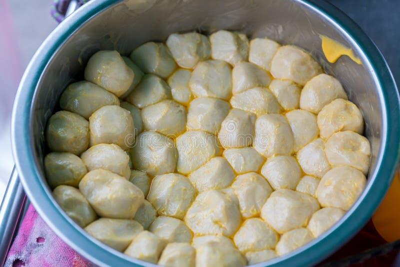 Los ingredientes de Roti que hacen, Roti crudo blanco trillan la harina por el fabricante Comida tradicional india de la calle Co imagen de archivo