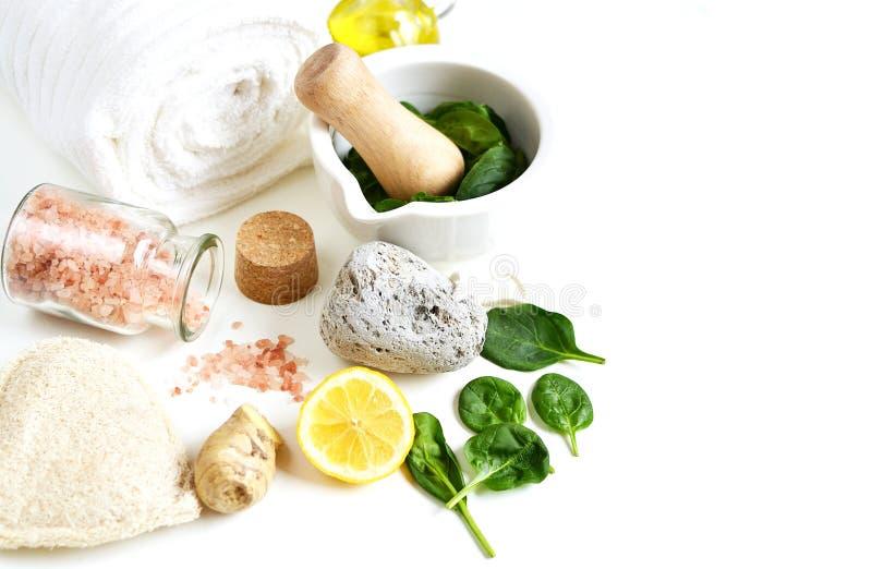 Los ingredientes naturales para la mascarilla hecha en casa de cuerpo friegan espinaca verde imagenes de archivo