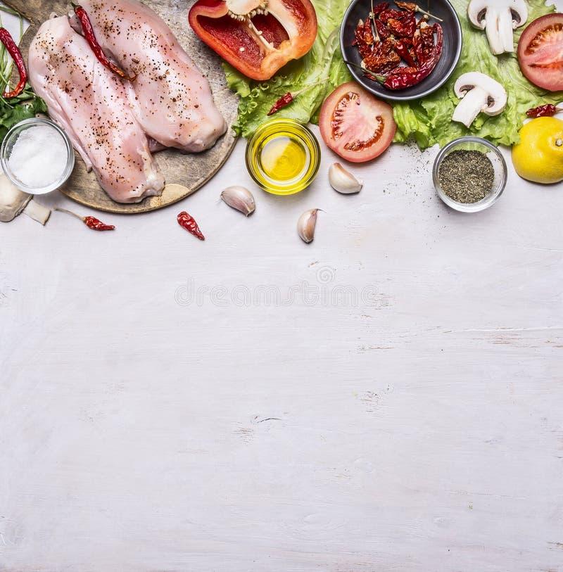 Los ingredientes para cocinar una pechuga de pavo en setas de la tabla de cortar de la pimienta del aceite del tomate del chile d foto de archivo