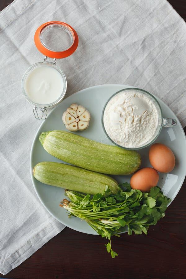 Los ingredientes para la ensalada de adornan imagen de archivo libre de regalías